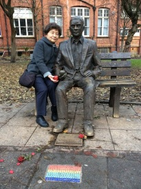 Anne Chao with Alan Turing's statue in Manchester, UK