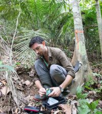Tom Bradfer-Lawrence deploying a Solo recorder in Panama. ©Tom Bradfer-Lawrence.