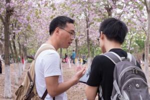 Assistente de investigação a realizar um estudo recorrendo a TCI sobre o uso de produtos de medicina tradicional com bílis de urso na China. © Chen Haochun.